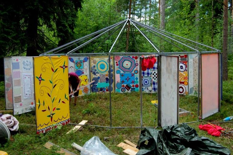 Virkatun teltan seiniä kiinnitetään